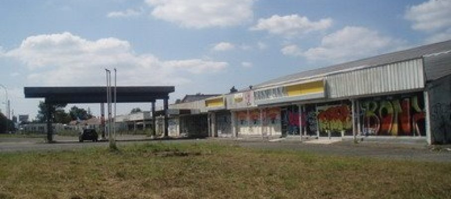 Concesionario francés abandonado - Foto: http://esperandoaltren.blogspot.com